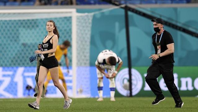 Wanita Cantik Penyusup di Laga Euro 2020
